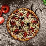 Pizza eten in een restaurant in Zandvoort