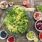 Salade eten in een restaurant in Zandvoort